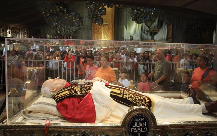 Celebran mexicanos canonización en la Basílica de Guadalupe
