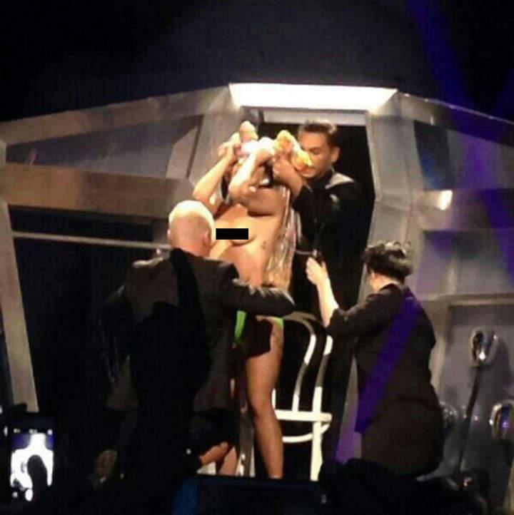 Gaga se desviste frente al público en nueva gira