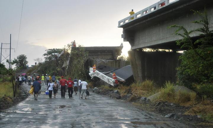 SCT abre acceso alterno a puente colapsado en Tecpan