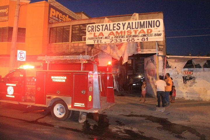 Registran incendio en un taller de cristales