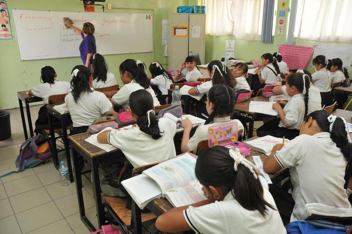 Ganan 70 maestros más dinero que el presidente Peña Nieto