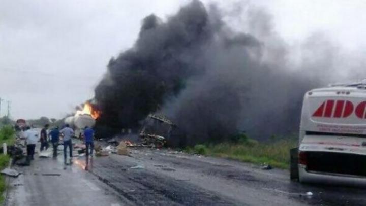 Chocan autobús y pipa en Tabasco; 10 muertos