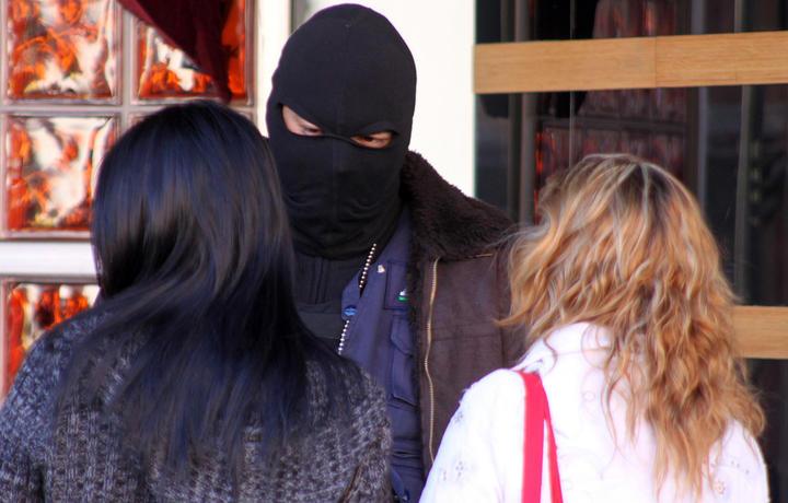 Arrestan a sujeto acusado de obligar a su esposa a prostituirse