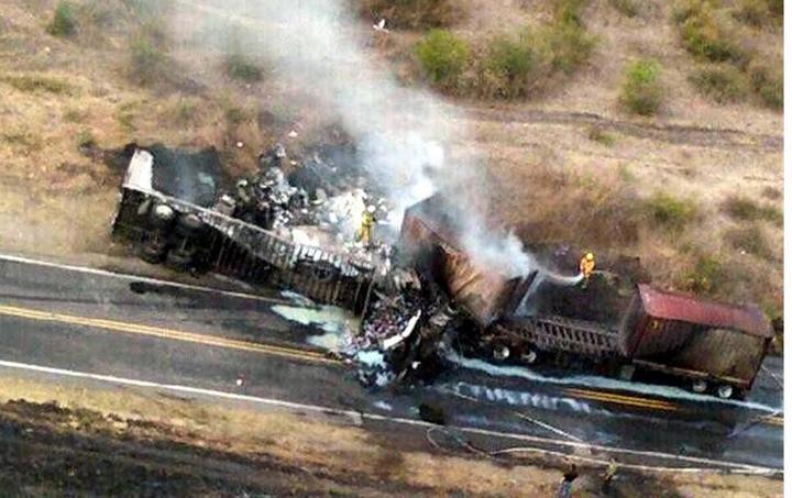 Chocan 2 tractocamiones en Guanajuato; un muerto