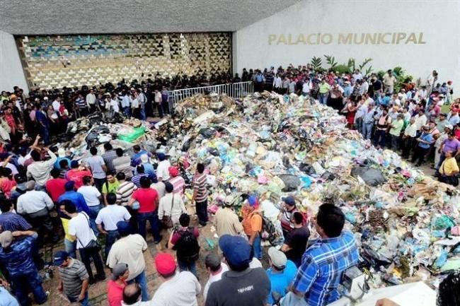Protestan en alcaldía de Villahermosa; tiran toneladas de basura