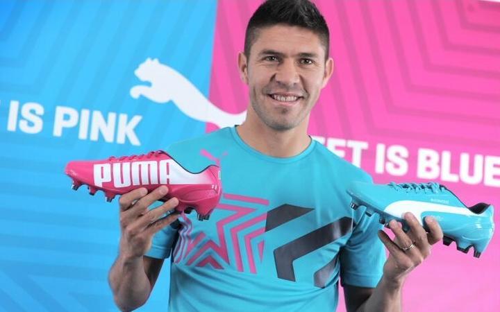 Oribe Peralta presenta sus botines para el Mundial
