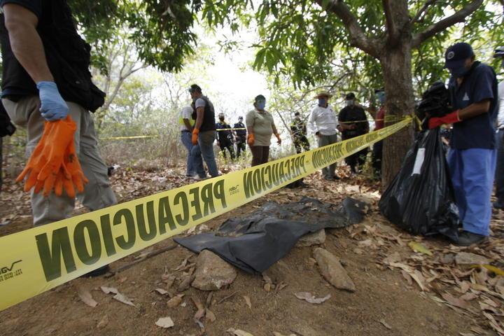 Hallan 9 cadáveres en fosas de Guerrero