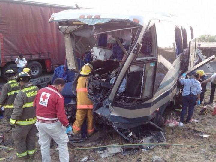 Accidente en autopista de Michoacán deja 2 muertos