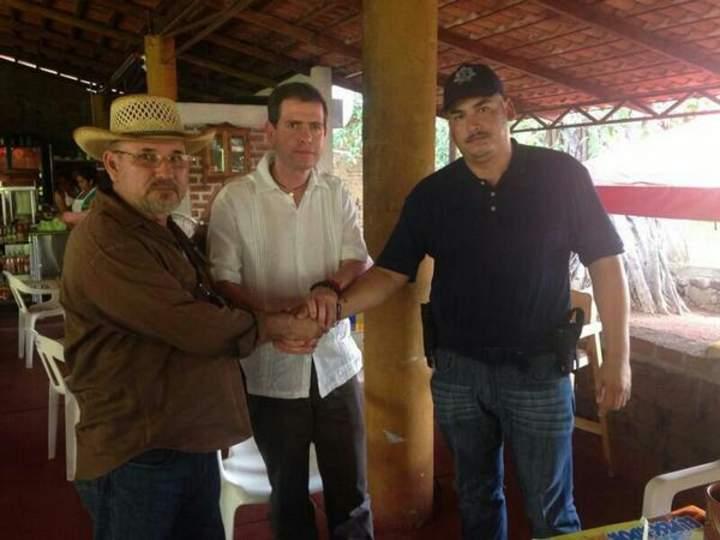 Se reconcilian Hipólito Mora y
