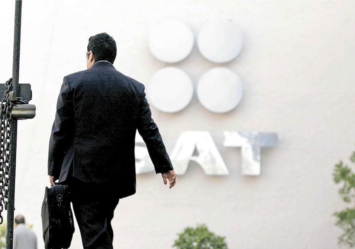 Revisa SAT expedición de facturas en comercios del AICM