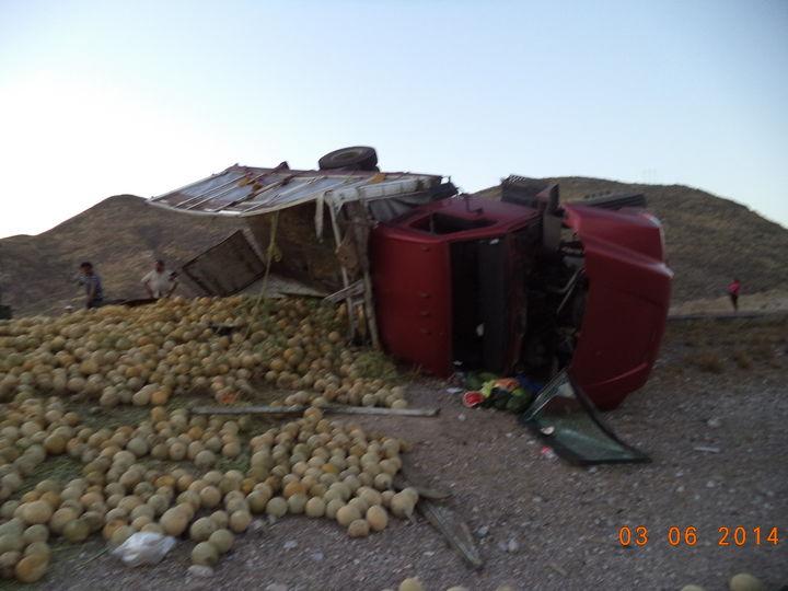 Vuelca camión tipo torton con melón