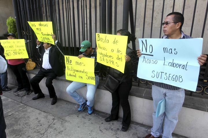 Trabajadores de Gobernación se encadenan por falta de pago