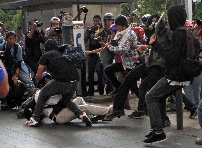 Llegan manifestantes al Zócalo; realizan mitin por