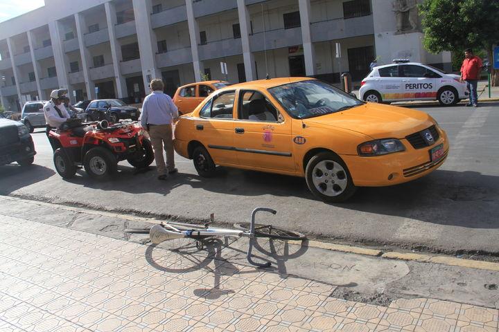 Atropella un taxi de ruta a joven ciclista
