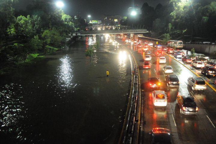 Lluvias inmovilizan calles del DF