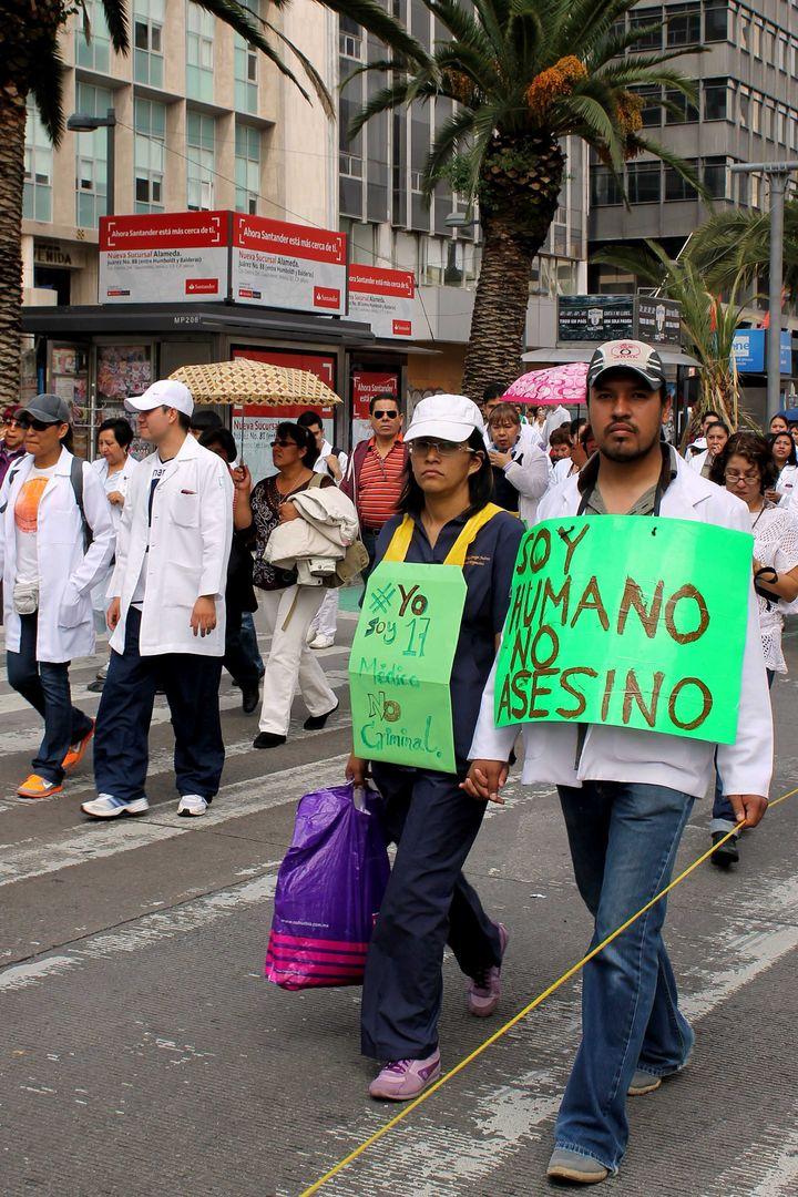 Marchan médicos en DF; apoyan movimiento