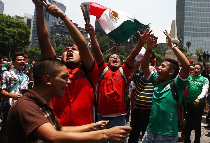 Arman fiesta en el Ángel por victoria de México