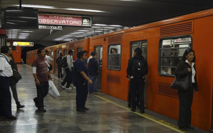 Cae persona a vías del Metro; suspenden servicio