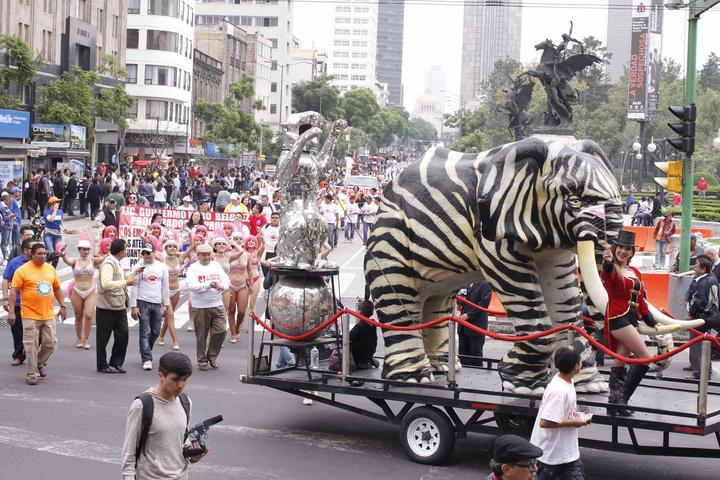 Cirqueros entregan petición al GDF; se retiran del Zócalo