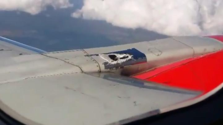 Polémica por avión con parche de cinta adhesiva