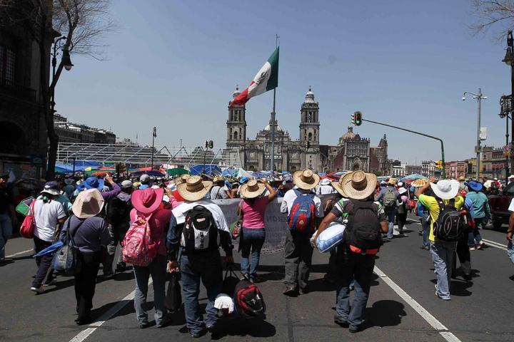 Protestan maestros de la CNTE en Zócalo