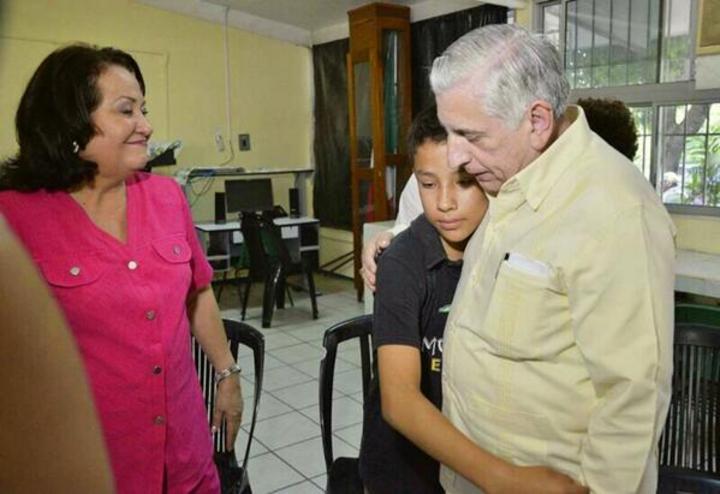 Gobernador charla con niño que fue enjaulado en Tabasco
