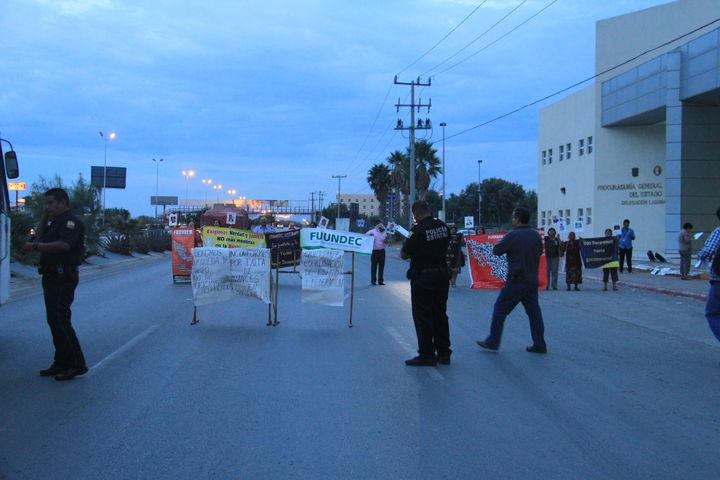Bloquean vía por protesta contra PGJE