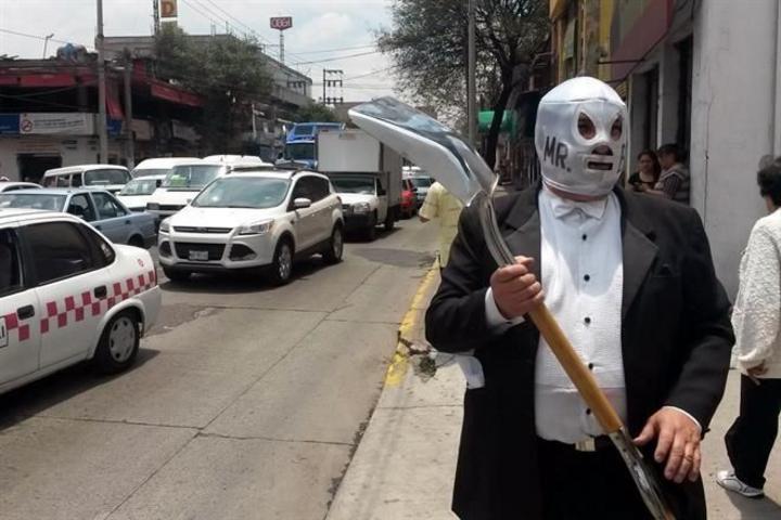 Lucha enmascarado contra 11 mil baches en Edomex