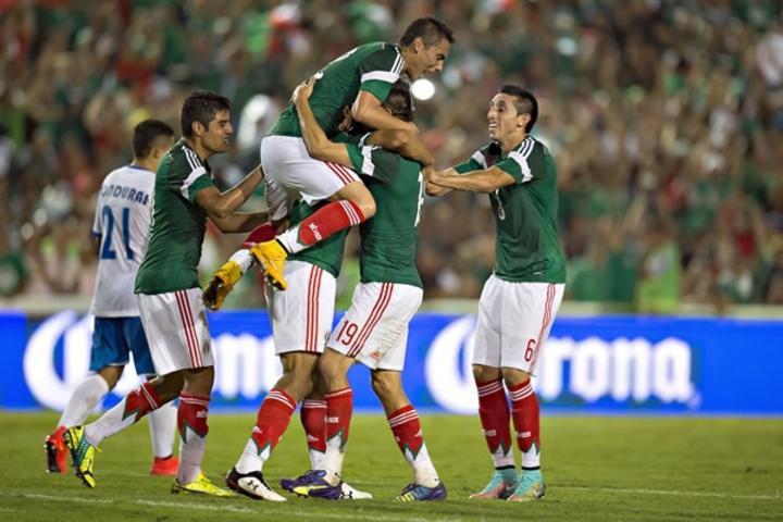 Oswaldo Alanís anota su primer gol con el Tri