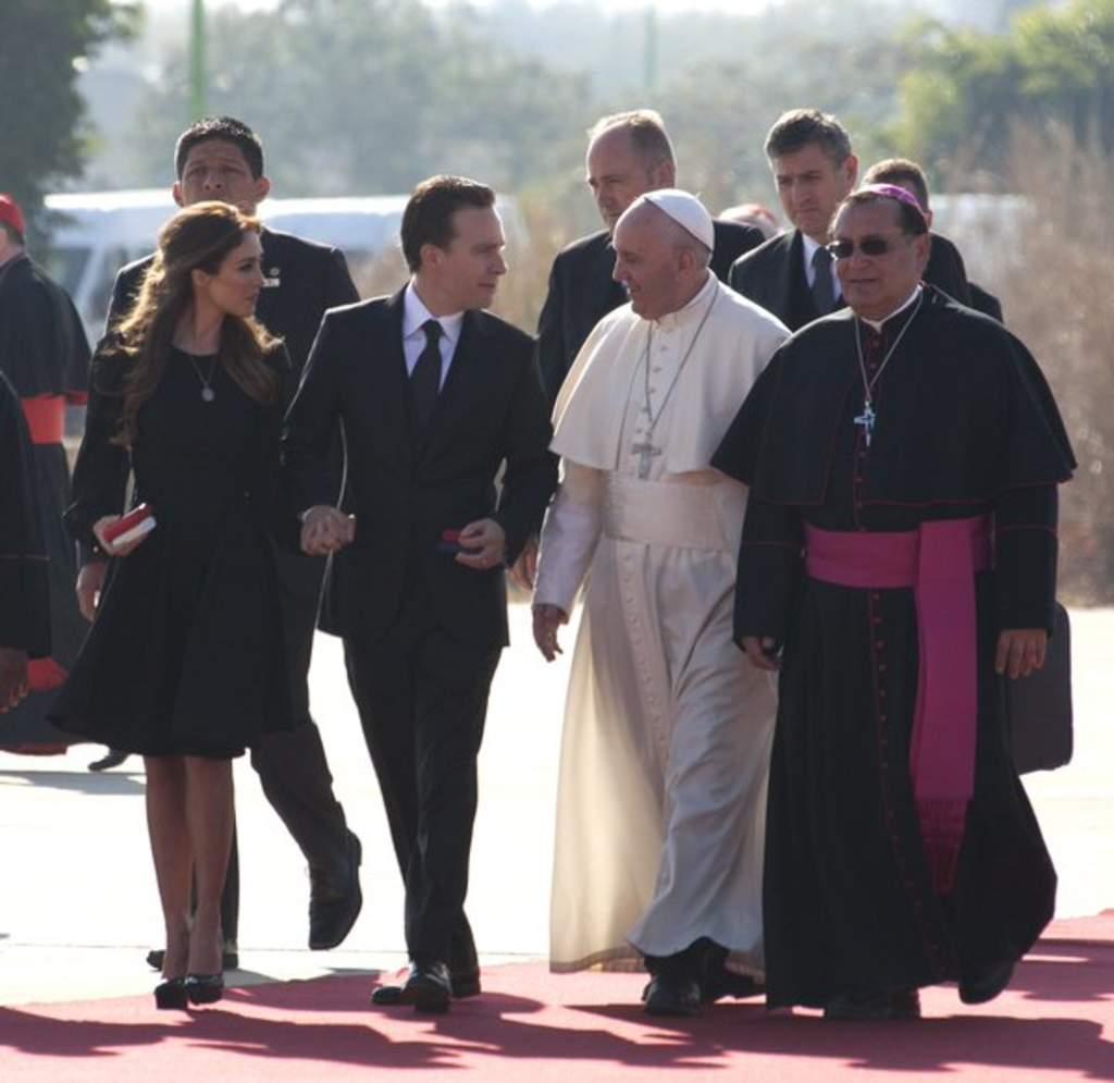 Anahí recibe al Papa con atuendo negro
