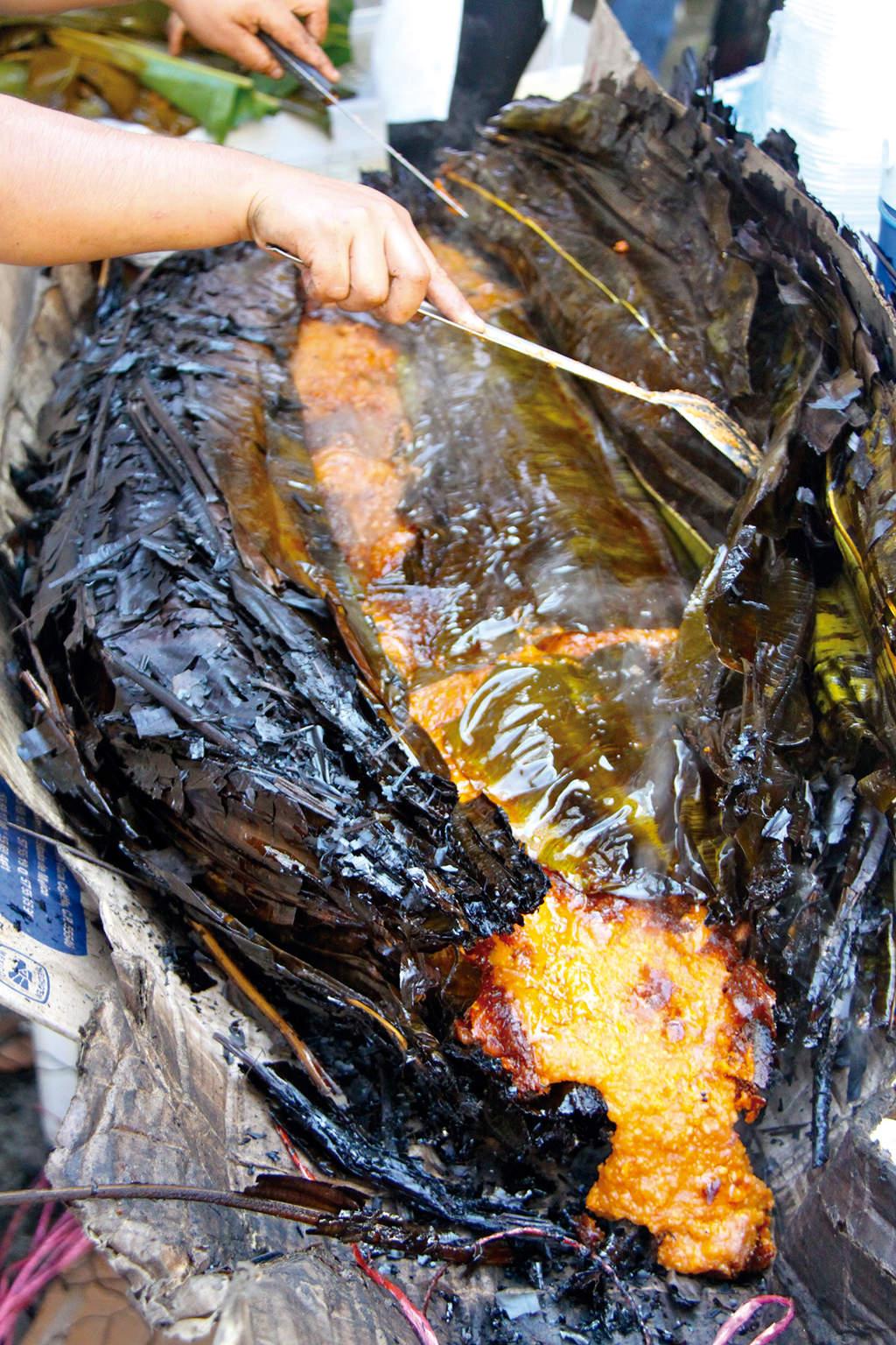 Vista de un zacahuil recién sacado del horno de piedra