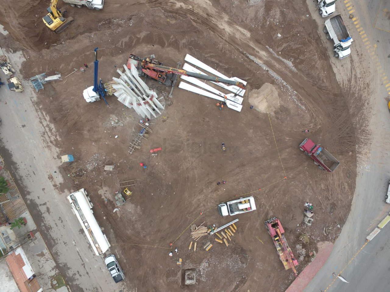 Desmontan columnas de monumento al Torreón