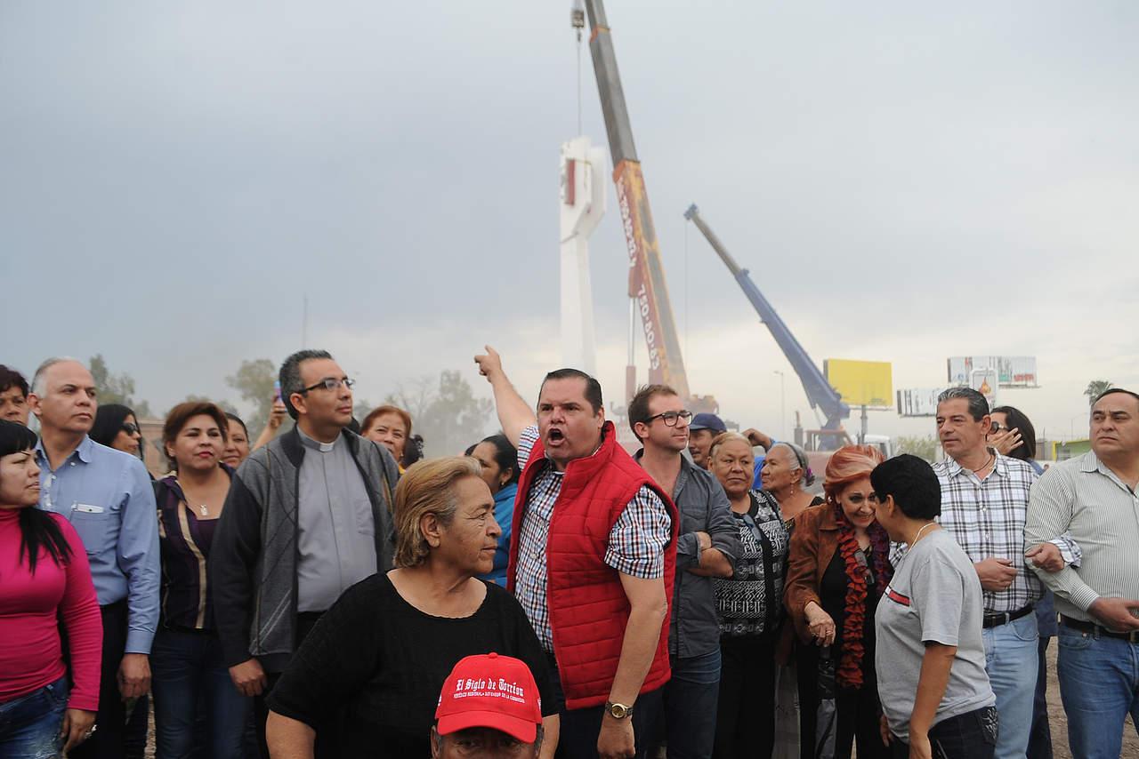 Caen las últimas piezas del Torreón; decenas protestan