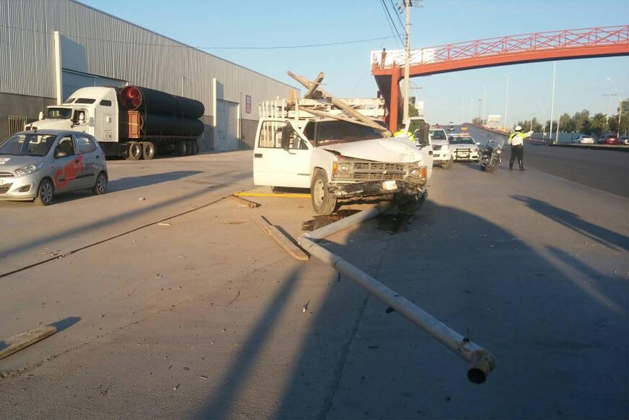 Derriba con camión poste de alumbrado