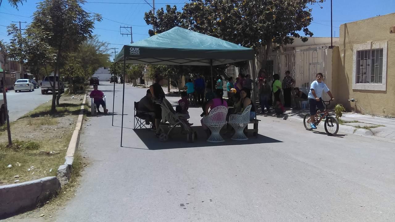 Cierran bulevar para impedir paso de pipas en Gómez Palacio
