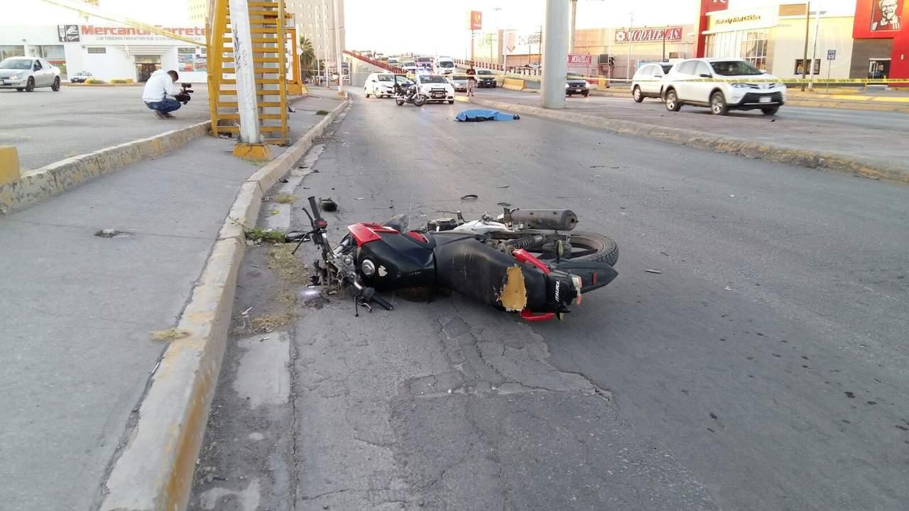 Fallece motociclista al impactarse contra muro de puente
