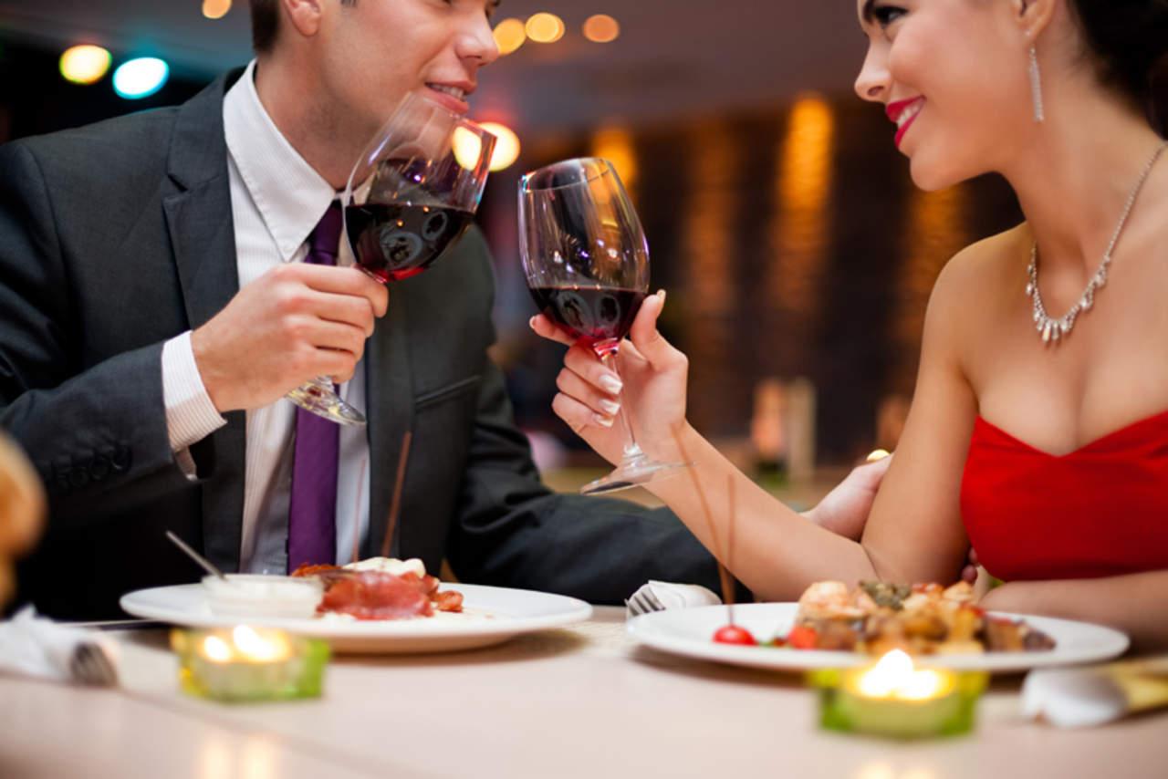 No pagar la cuenta no arruinará la primera cita, según Tinder