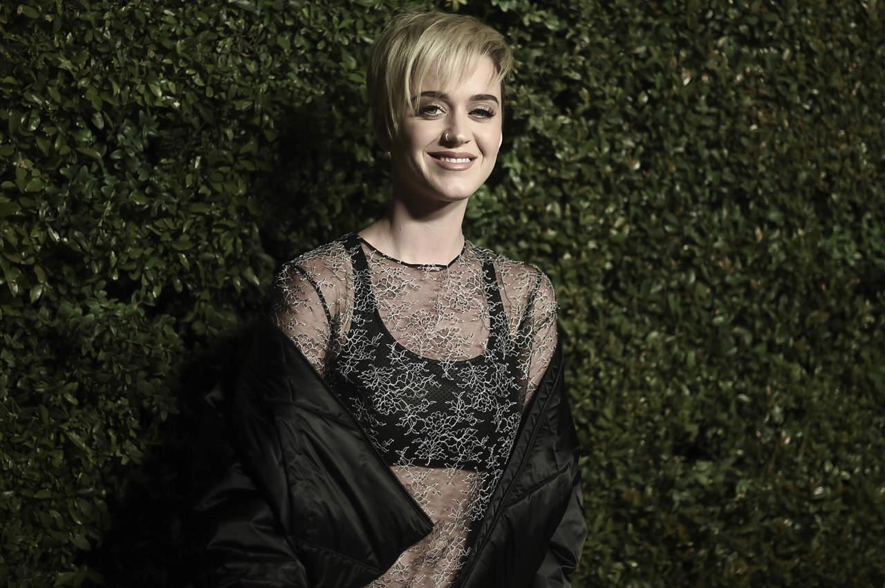 Se burla Katy Perry de su propio look