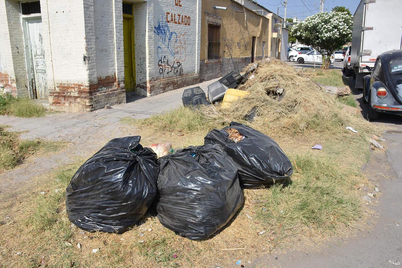 Se acumula basura en calle