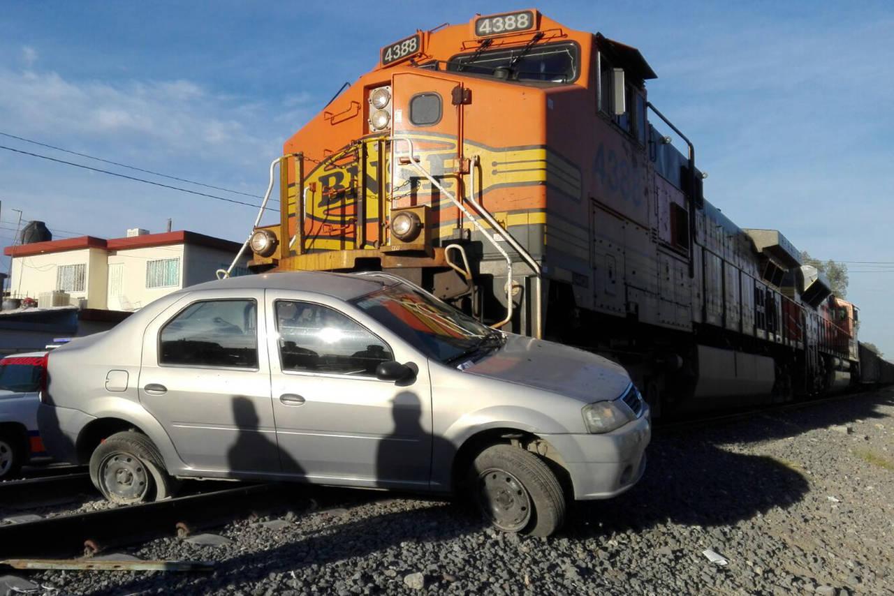 Ferrocarril embiste a una mujer en su auto