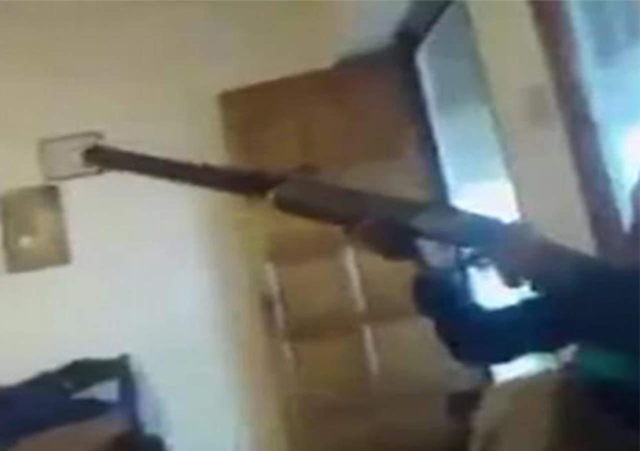 Niño dispara a su amiga por accidente y lo transmite en vivo