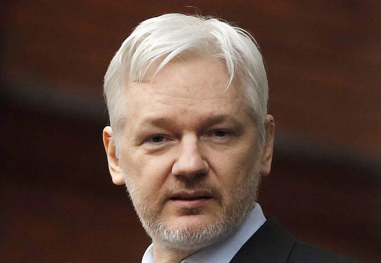 Policía británica dice que detendrá a Assange si sale de la embajada