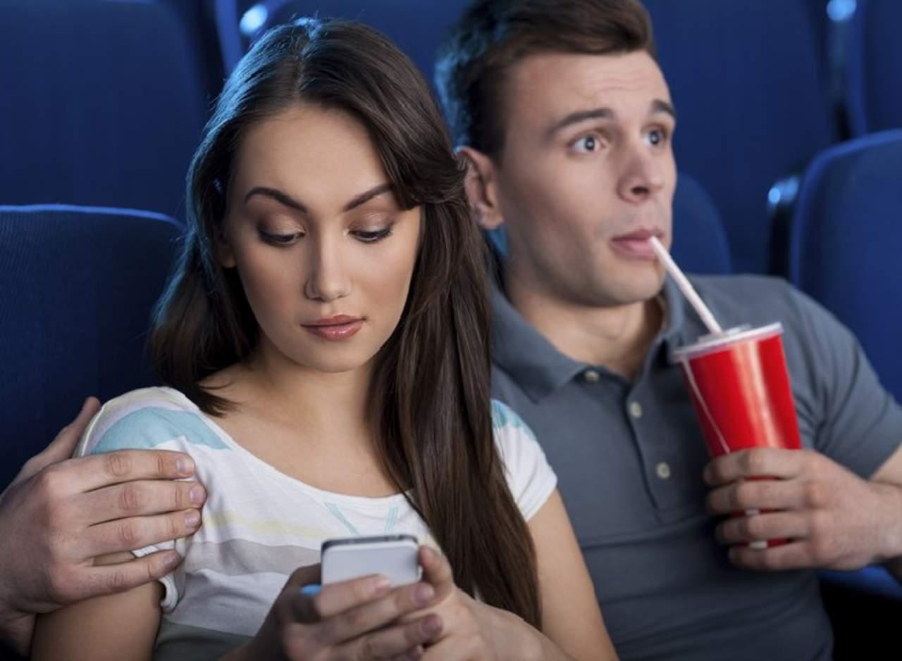La demandan por estar enviando mensajes de texto durante una cita
