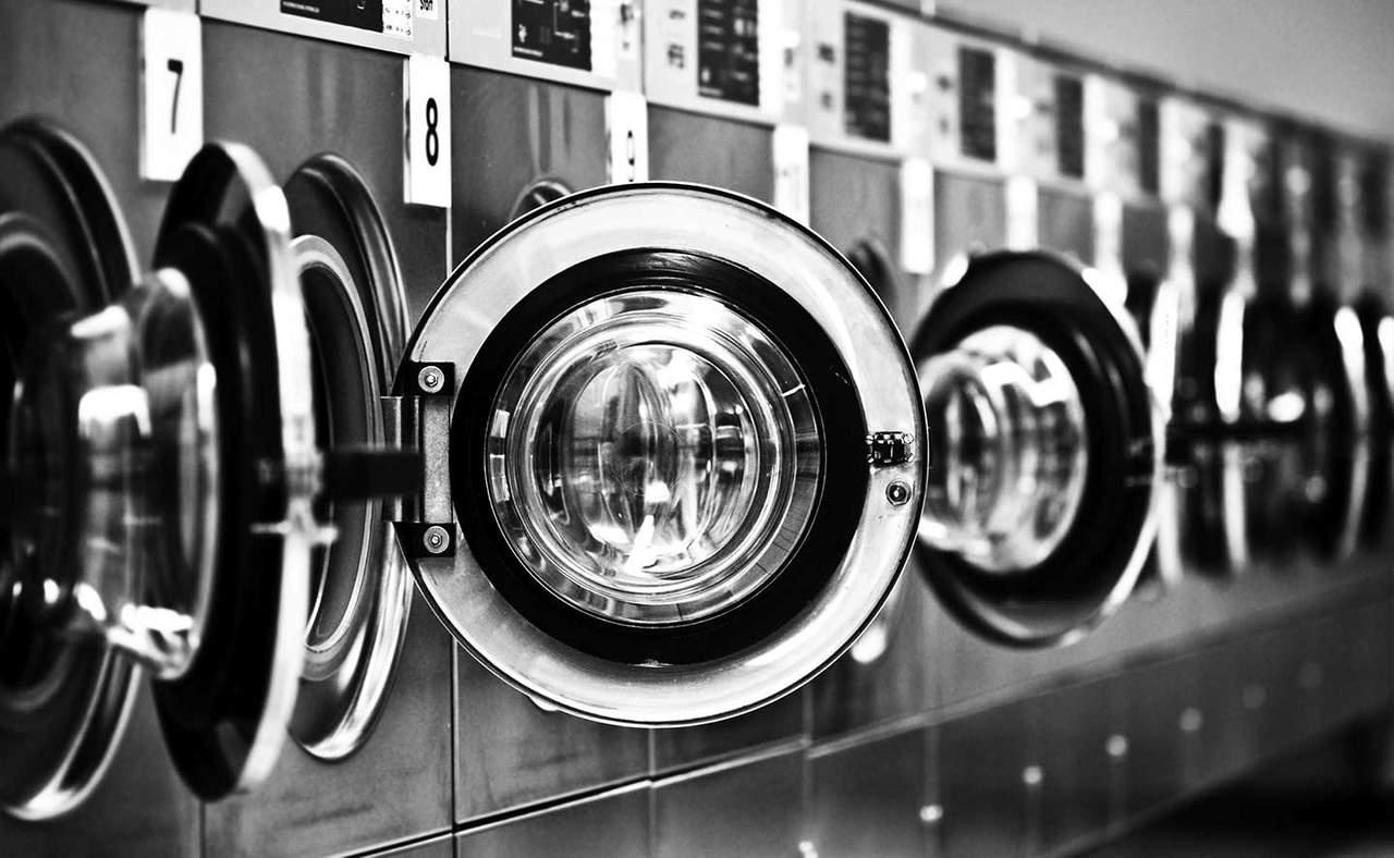 Hombre encierra por accidente a su hijo en la lavadora