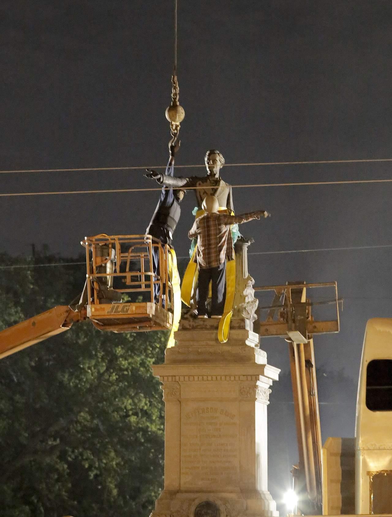 Retiran último monumento confederado en Nueva Orleans