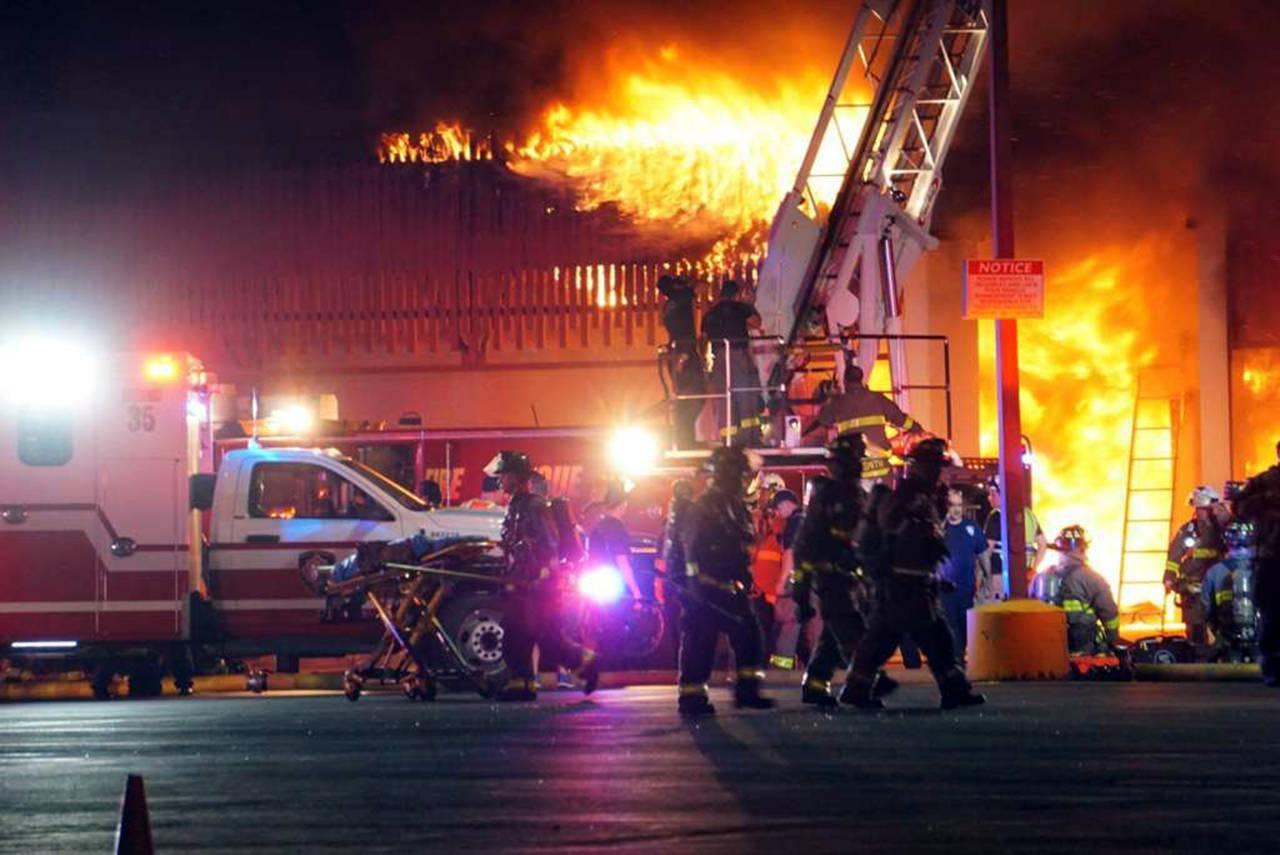 Muere un bombero en incendio en San Antonio