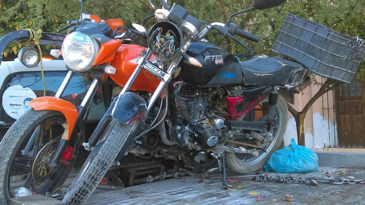Choca motocicleta; hay una mujer herida