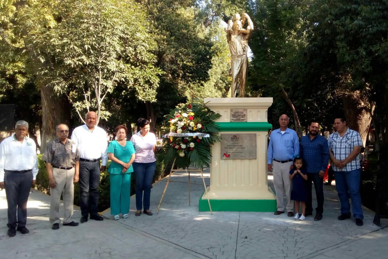 Llevan flores al Monumento al Padre