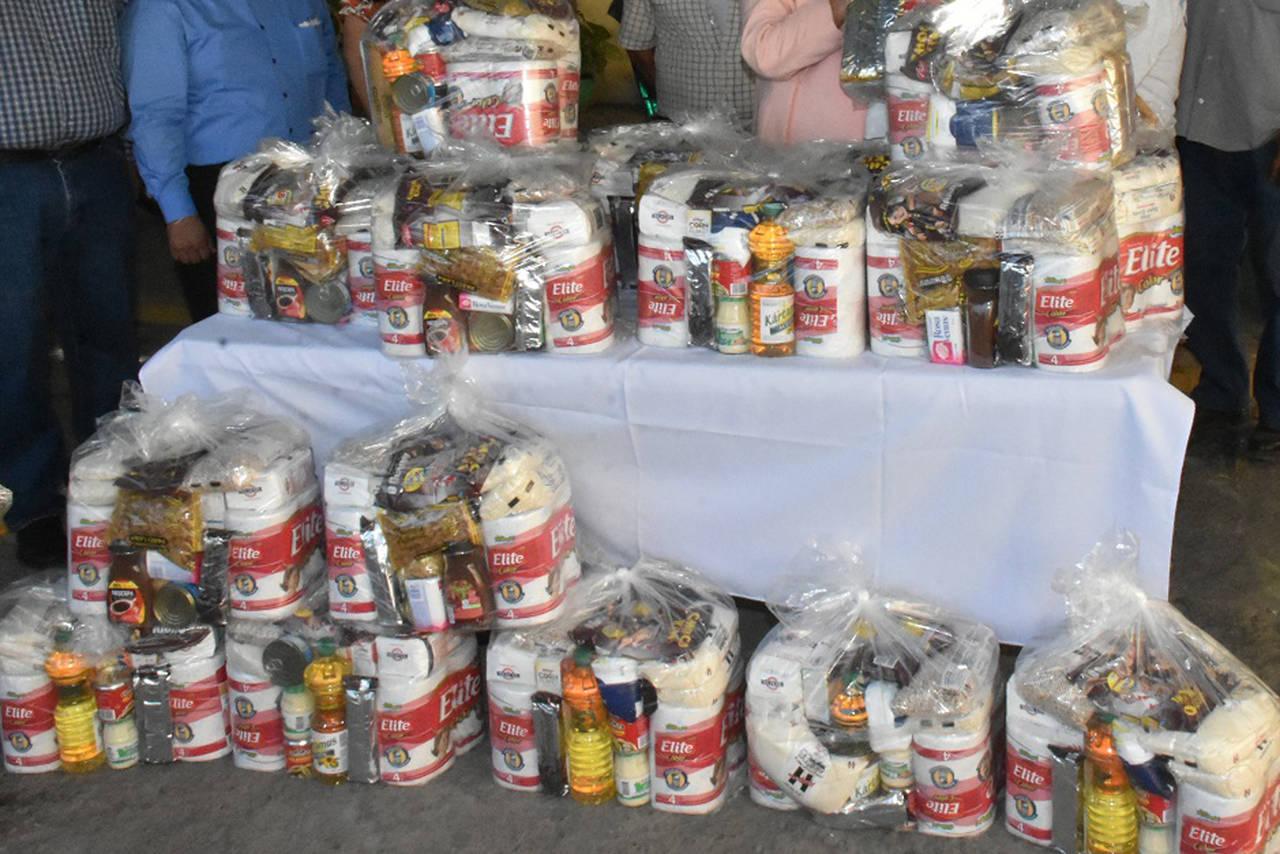 Exempleados municipales reciben apoyos alimentarios