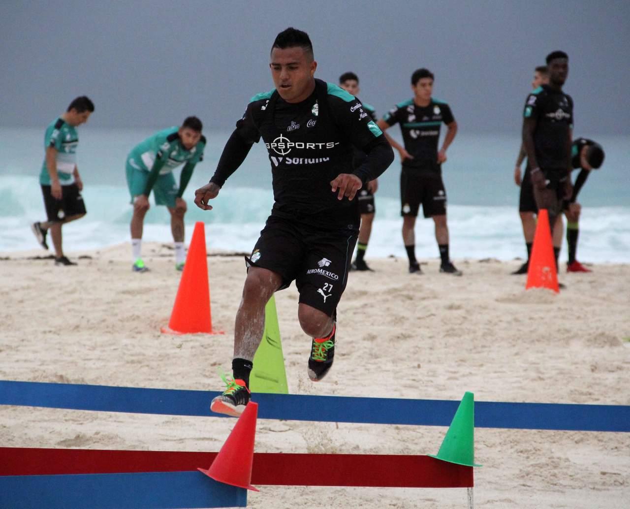Entrenan los Guerreros en Cancún con lluvia